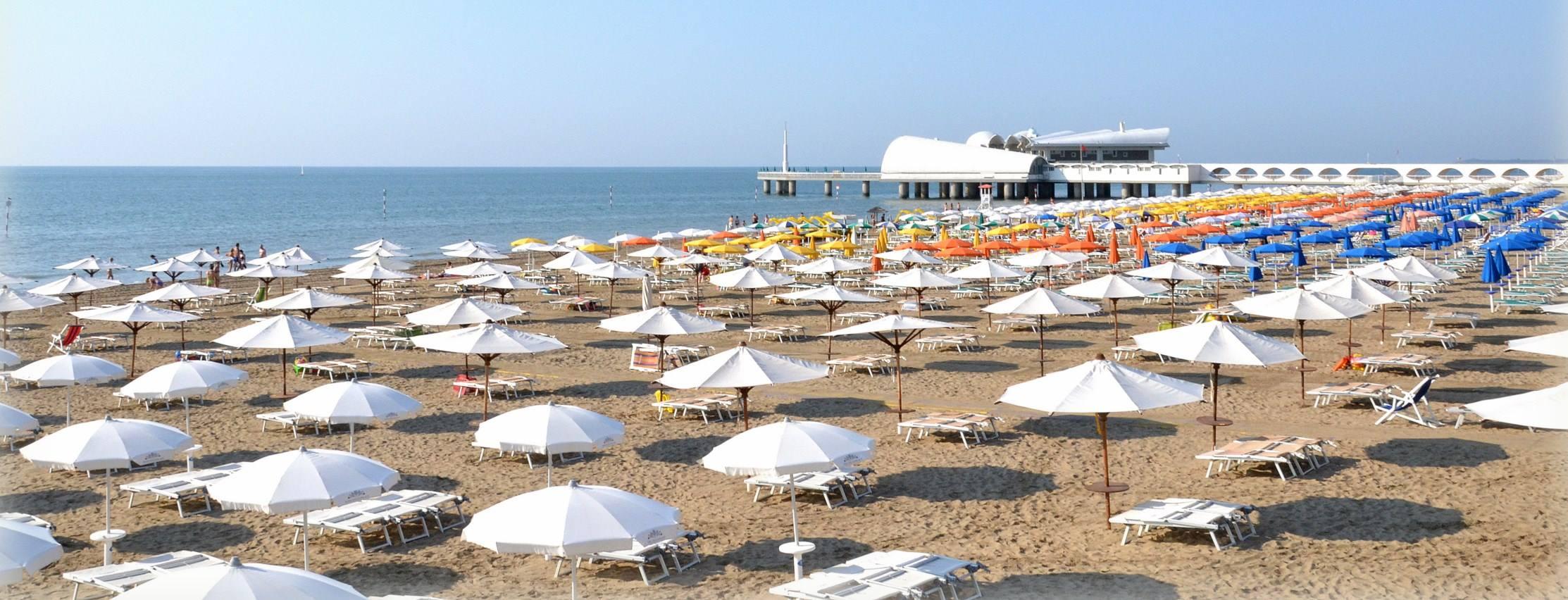 Spiaggia di Lignano Sabbiadoro | Ombrelloni bianchi