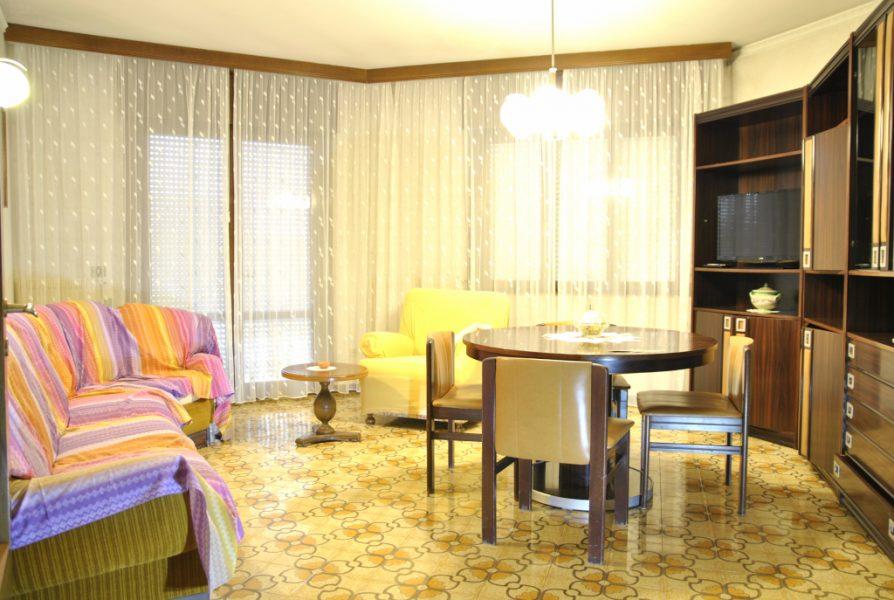 lignano immagine del soggiorno di un appartamento in zona darsena in vendita